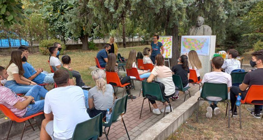 """Учениците од СОУ """"Коста Сусинов"""" Радовиш, вклучени во проектот """"Access"""" ги пречекаа г-ѓа Борка Танеска – претставник на Американската Амбасада  и  г-ѓа Стела Пијанманова- координатор на проектот"""